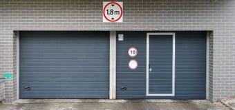 在现代城市停车处的新的门 免版税库存图片