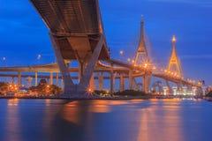 在现代城市在晚上, Bhumibol桥梁,曼谷,泰国交易 免版税库存照片