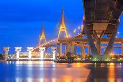 在现代城市在晚上, Bhumibol桥梁,曼谷,泰国交易 库存照片