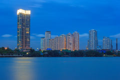在现代城市在晚上, Bhumibol桥梁,曼谷,泰国交易 库存图片