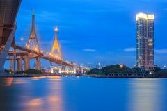 在现代城市在晚上, Bhumibol桥梁,曼谷,泰国交易 免版税库存图片