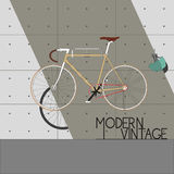 在现代墙壁上的葡萄酒自行车 库存照片