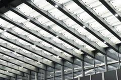 在现代大厦上入口的被带领的机盖  免版税库存照片