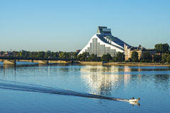 在现代大厦和河的看法 库存图片