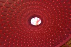 在现代大厦圆上面的几何样式由红色被带领的光,风景照明设备点燃了 库存照片