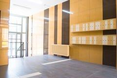 在现代大厦的入口与邮箱 库存图片