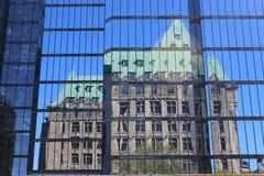 在现代大厦的反射 图库摄影