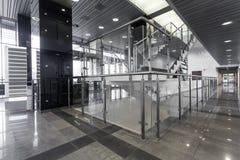 在现代大厦的台阶 免版税库存图片
