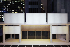 在现代大厦的空白的白色广告牌在夜市区 库存图片