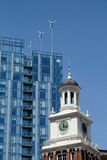 在现代大厦的风轮机在波特兰,俄勒冈在老电报大厦后 免版税库存图片