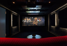 在现代房子的私有戏院 免版税库存图片