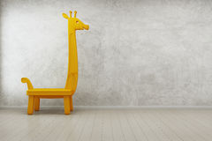 在现代房子里孩子屋子戏弄长颈鹿有空的混凝土墙背景 库存图片