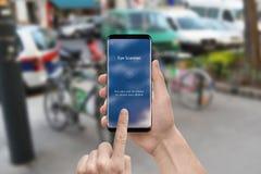 在现代手机的眼睛扫描器app 用户界面平的设计 库存图片