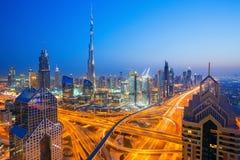 在现代摩天大楼和繁忙的晚上高速公路的看法在豪华迪拜市,迪拜,阿联酋 免版税库存图片