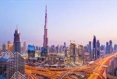 在现代摩天大楼和繁忙的晚上高速公路的看法在豪华D 库存图片