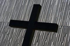 在现代教会前面的十字架 库存照片