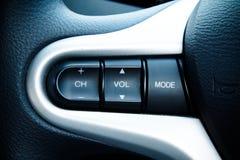 在现代汽车方向盘的音频控制按钮  免版税图库摄影