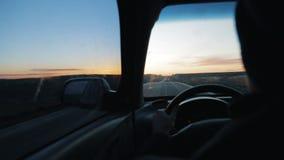 在现代汽车的司机后面特写镜头骑马在高速公路旅行旅途路线移动的家庭儿童娱乐 股票视频