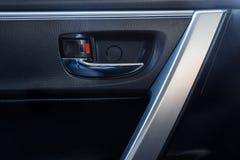 在现代汽车里面的门把手 免版税库存图片