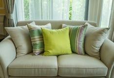 在现代沙发的绿色枕头 免版税库存图片
