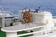 在现代游艇的方向盘 库存图片