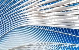 在现代火车站的透明天花板与蓝天 免版税库存图片
