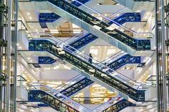 在现代购物中心的自动扶梯 库存图片