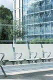 在现代玻璃内部的长凳 免版税库存图片