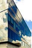 在现代玻璃门面的云彩反射 免版税库存图片