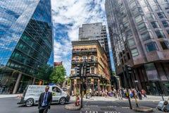 在现代玻璃建筑之间的阿尔伯特客栈传统老大厦 免版税图库摄影