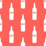 在现代的传染媒介啤酒瓶无缝的样式 库存照片