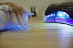 在现代的意想不到的修指甲 库存图片