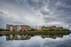 在现代建筑学的剧烈的天空沿河Lagan在贝尔法斯特,北爱尔兰 免版税库存照片