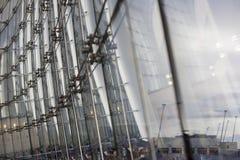 在现代建筑学的玻璃盘区 免版税库存图片
