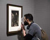 在现代艺术博物馆里面的人们在NYC 库存照片