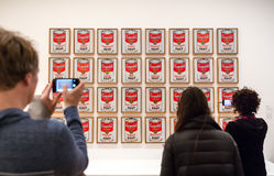 在现代艺术博物馆里面的人们在NYC 免版税库存照片