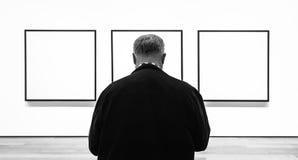 在现代艺术博物馆里面的人们在NYC 免版税库存图片