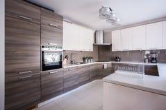 在现代设计装备的厨房 库存图片