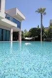 在现代豪华别墅的游泳池,土耳其 库存照片