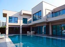在现代豪华别墅的游泳池, Belek,土耳其 免版税库存图片