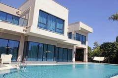 在现代豪华旅游胜地别墅的游泳池, Belek,土耳其 图库摄影