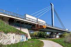 在现代路桥梁的卡车 免版税库存照片