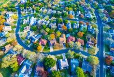 在现代郊区家公共的鸟瞰图有秋天颜色的弯曲了Streetes 免版税库存照片