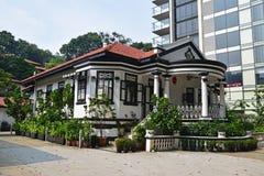 在现代高层建筑物旁边的传统殖民地房子新加坡 免版税库存图片