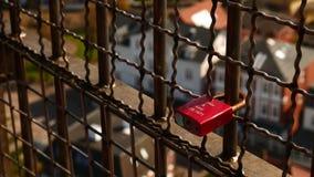 在现代buldigngs前面的爱锁 免版税库存照片