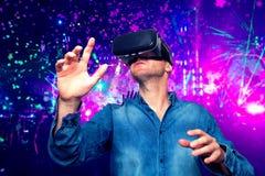 戴在现代inte的年轻有胡子的人虚拟现实眼镜 免版税库存图片