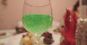 在玻璃关闭的绿色碳酸化合的柠檬水 影视素材