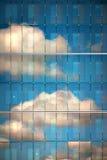 在玻璃反映的天空 免版税库存照片