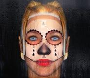 在玻璃后的女孩与墨西哥裔美国人被绘的面孔的纹身花刺 3d例证 库存例证