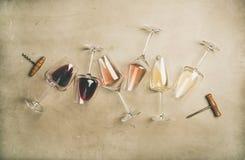 在玻璃和拔塞螺旋的红色,玫瑰色和白葡萄酒 免版税库存图片